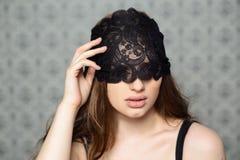 Muchacha con la máscara regordeta del cordón de los labios Imagenes de archivo