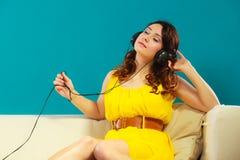 Muchacha con la música que escucha mp3 de los auriculares Fotografía de archivo libre de regalías