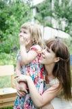 Muchacha con la madre que mira para arriba Imagenes de archivo
