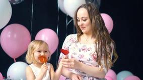 Muchacha con la madre y el caramelo almacen de metraje de vídeo