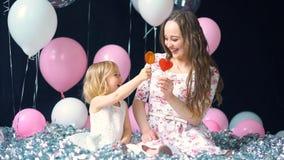 Muchacha con la madre y el caramelo almacen de video