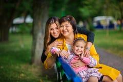 Muchacha con la madre y la abuela foto de archivo