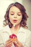 Muchacha con la magdalena Fotos de archivo libres de regalías