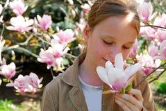 Muchacha con la magnolia foto de archivo libre de regalías