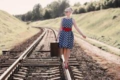 Muchacha con la maleta en los ferrocarriles Imágenes de archivo libres de regalías