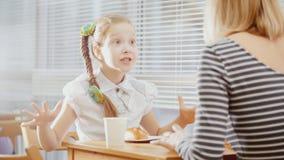 Muchacha con la mamá en el café - adolescente explica algo para la madre Fotos de archivo libres de regalías