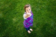 Muchacha con la mano amiga Fotos de archivo libres de regalías