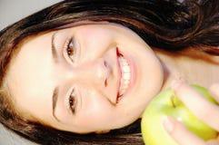 Muchacha con la manzana fresca 2 Fotografía de archivo libre de regalías