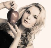 Muchacha con la manzana roja Foto de archivo libre de regalías