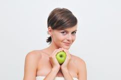 Muchacha con la manzana verde. Fotos de archivo
