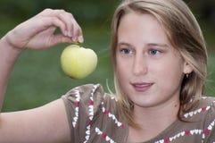 Muchacha con la manzana verde Imágenes de archivo libres de regalías
