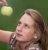 Muchacha con la manzana verde Imagen de archivo libre de regalías