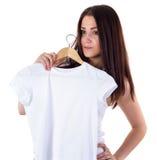 Muchacha con la maqueta de la camiseta Imagenes de archivo