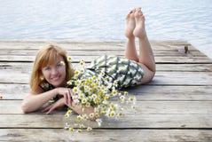 Muchacha con la margarita Fotos de archivo libres de regalías