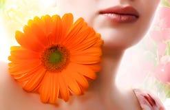 Muchacha con la margarita Imagen de archivo libre de regalías