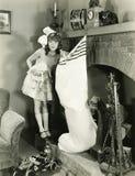 Muchacha con la media grande de la Navidad Fotos de archivo libres de regalías