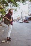 Muchacha con la mochila usando y mirando el mapa Fotos de archivo