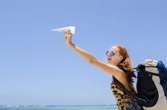 Muchacha con la mochila y el paperplane Fotos de archivo libres de regalías