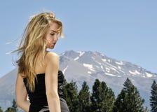 Muchacha con la montaña Fotos de archivo