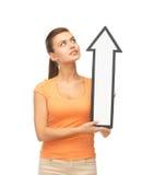 Muchacha con la muestra de la flecha de la dirección Imagen de archivo libre de regalías