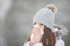 Muchacha con la nariz que sopla del síntoma de la alergia Muchacha adolescente que usa un tejido Fotos de archivo