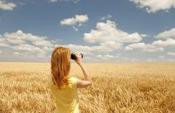 Muchacha con la observación binocular en cielo. Imágenes de archivo libres de regalías