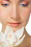 Muchacha con la orquídea blanca imagen de archivo libre de regalías