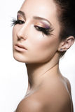 Muchacha con la piel perfecta y maquillaje inusual con las plumas Cara de la belleza Fotos de archivo libres de regalías