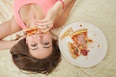 muchacha con la pizza Foto de archivo