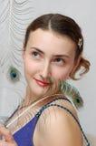 Muchacha con la pluma del pavo real imagen de archivo