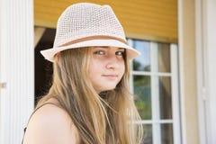 Muchacha con la presentación del sombrero Imagen de archivo