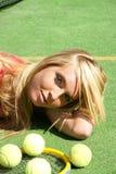 Muchacha con la raqueta y las bolas Fotos de archivo