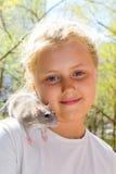 Muchacha con la rata del animal doméstico Imagen de archivo libre de regalías