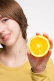 Muchacha con la rebanada anaranjada Imagenes de archivo
