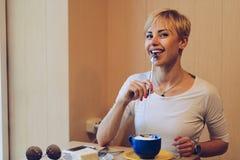 Muchacha con la risa del café Imagen de archivo libre de regalías