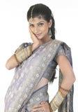Muchacha con la sari en un humor de la relajación Foto de archivo libre de regalías
