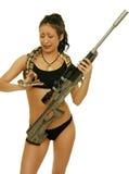 Muchacha con la serpiente y el rifle Fotos de archivo libres de regalías