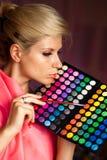 Muchacha con la sombra de ojos para el maquillaje Imagen de archivo libre de regalías