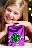 Muchacha con la sonrisa del regalo de la Navidad Fotos de archivo libres de regalías