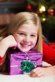 Muchacha con la sonrisa del regalo de la Navidad Imagen de archivo