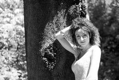 Muchacha con la sonrisa y el pelo recogidos Imagen de archivo