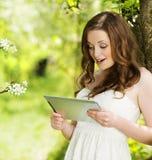 Muchacha con la tableta Imagen de archivo