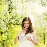Muchacha con la tableta Imágenes de archivo libres de regalías