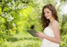 Muchacha con la tableta Fotografía de archivo libre de regalías