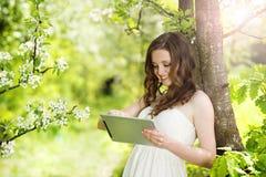 Muchacha con la tableta Fotos de archivo libres de regalías