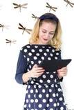 Muchacha con la tableta foto de archivo