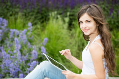 Muchacha con la tableta al aire libre Foto de archivo