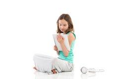 Muchacha con la tableta digital Fotos de archivo libres de regalías
