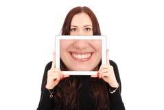 Muchacha con la tableta digital que hace el selfie divertido Imágenes de archivo libres de regalías