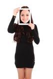 Muchacha con la tableta digital que hace el selfie divertido Fotos de archivo